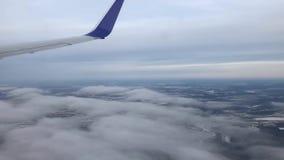 Boven de Wolk door het Vliegtuigvenster stock footage