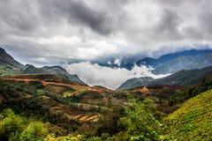 Boven de wolken Bergmening vanaf de bovenkant Royalty-vrije Stock Foto