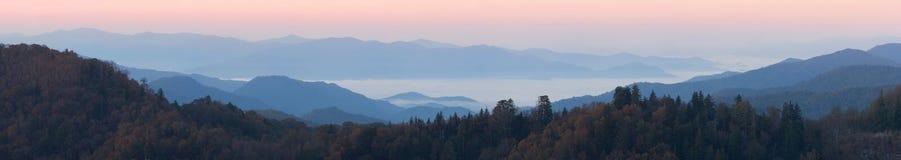Boven de wolken bij Pas ontdekt Hiaat - panorama Stock Afbeeldingen
