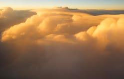 Boven de wolken bij zonsondergangzonsopgang Royalty-vrije Stock Afbeeldingen
