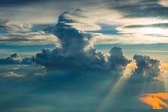 Boven de wolken op zonsondergang Stock Foto