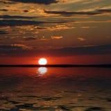 Boven een baai uitroeiende zonsondergang van een zon Stock Afbeeldingen