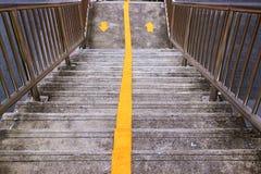 Boven en beneden pijl een voetgangersbruggang stock foto's