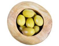 Boven geïsoleerde mening van groene olijven in houten kom royalty-vrije stock foto's