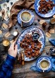 Boven geschoten van eigengemaakte yummy chocolade bevindt de wafels zich op uitstekende platen met blauw ornament op houten donke royalty-vrije stock foto