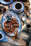 Boven geschoten van eigengemaakte yummy chocolade bevindt de wafels zich op uitstekende platen met blauw ornament op houten donke royalty-vrije stock afbeelding