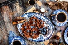 Boven geschoten van eigengemaakte yummy chocolade bevindt de wafels zich op uitstekende platen met blauw ornament op houten donke stock fotografie