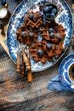 Boven geschoten van eigengemaakte yummy chocolade bevindt de wafels zich op uitstekende platen met blauw ornament op houten donke stock foto's