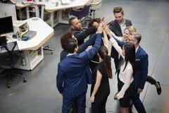 Boven Geschoten van Toost de Bedrijfs van Team Celebrating Success With Champagne in Modern Bureau stock afbeeldingen