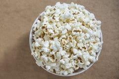 Boven geschoten van vers gemaakte popcorn Stock Afbeelding