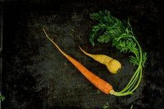 Boven geschoten van witte en oranje wortelen Stock Foto