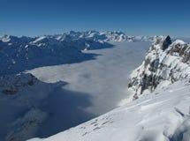 Boven het overzees van mist, bergen Royalty-vrije Stock Foto