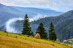 Boven het panorama van de wolken mistige berg Stock Foto's