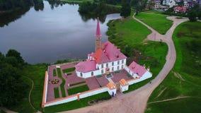 Boven het Priorijpaleis, bewolkte Augustus-avond Gatchina, de luchtvideo van Rusland stock video