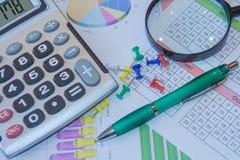 Boven leugens de pen, meer magnifier en de calculator Het analyseren van financiële gegevens over calculator Royalty-vrije Stock Afbeeldingen
