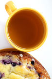 Boven mening van kop thee en een cake Stock Afbeeldingen