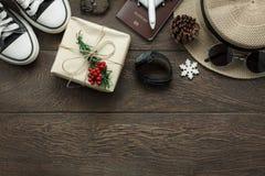 Boven mening van ornamenten en decoratie Vrolijke Kerstmis en Gelukkig Nieuwjaar met toebehoren Royalty-vrije Stock Afbeeldingen