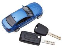 Boven mening van twee voertuigsleutels en modelauto stock afbeeldingen
