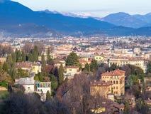 boven mening van woonkwarten van de stad van Bergamo stock afbeelding