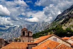 Boven rode daken van historische stad Kotor met torensst Tryphon Kathedraal, Montenegro Royalty-vrije Stock Fotografie