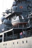 Bovenbouw en materiaal aan de havenkant van de Russische torpedojager Mening langs de in de schaduw gestelde kant stock afbeelding