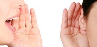 Bovengenoemde vrouwen, vrouw die luistert te roddelen Stock Foto