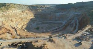 Bovengrondse mijnbouwsteengroeve met partijenomachinery op het werk stock video