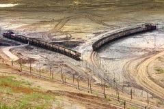 Bovengrondse mijngraafwerktuig en spoorweg stock afbeeldingen