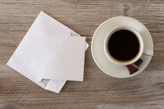 Bovenkant boven boven dichte omhooggaande meningsfoto van de smakelijke verse kop van de ochtend donkere espresso van coffe met c Stock Afbeelding