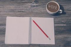 Bovenkant boven dichte omhooggaande meningsfoto van Open notitieboekje, potlood, kop van koffie met het inschrijvings` werk ` aan royalty-vrije stock fotografie