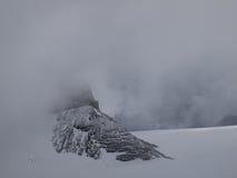 Bovenkant van bergen in mist Stock Afbeelding
