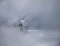 Bovenkant van bergen in mist Royalty-vrije Stock Foto's