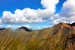 Bovenkant van de berg in de wolken Stock Foto's
