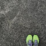 Bovenkant van de groene tribune van oefeningsschoenen van de hoek op concrete achtergrond Stock Foto's