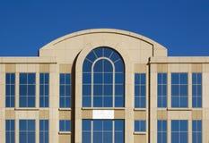 Bovenkant van de Horizontale Bouw van het Bureau en Wolkenloze Hemel - Stock Afbeeldingen
