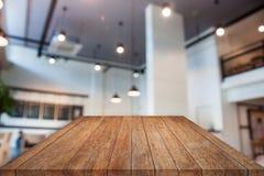 Bovenkant van de perspectief de bruine houten lijst met abstracte sho van de onduidelijk beeldkoffie Royalty-vrije Stock Afbeelding