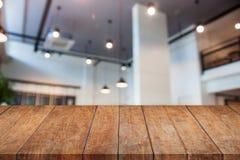Bovenkant van de perspectief de houten lijst met de abstracte winkel van de onduidelijk beeldkoffie Stock Afbeelding