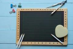Bovenkant van het bureau dat van het schoolkrijt wordt geschoten stock afbeeldingen