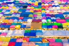Bovenkant van het de kleurendak van de nachtmarkt de veelvoudige, weekendmarkt Royalty-vrije Stock Foto