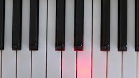 Bovenkant van het zwart-witte toetsenbord dat van pianosleutels wordt geschoten stock videobeelden