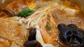 Bovenkant van hete pot wordt geschoten die binnen Chinees restaurant koken dat stock videobeelden