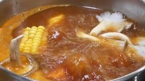Bovenkant van hete pot wordt geschoten die binnen Chinees restaurant koken dat stock footage