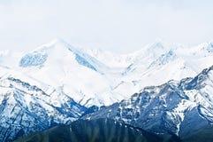 Bovenkant van Hooggebergte, die door sneeuw wordt behandeld Royalty-vrije Stock Foto
