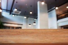 Bovenkant van houten lijst met de abstracte winkel van de onduidelijk beeldkoffie Stock Foto's