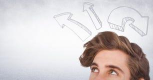 Bovenkant van man hoofd die omhoog stijgende pijlen tegen witte muur bekijken Royalty-vrije Stock Afbeeldingen