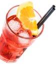 Bovenkant van mening van aperolcocktail van het spritzaperitief met oranje die plakken en ijsblokjes op wit worden geïsoleerd Stock Fotografie