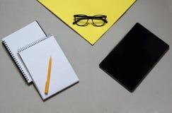 Bovenkant van meningskeus en voordelen tussen notitieboekjes, tablet, royalty-vrije stock foto's