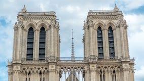 Bovenkant van Notre-Dame de Paris timelapse, een middeleeuwse Katholieke kathedraal op het Cite Eiland in Parijs, Frankrijk stock footage