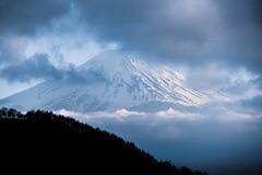 Bovenkant van onderstel Fuji in de wolken Stock Foto