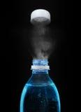 Bovenkant van open plastic fles met sprankelend mineraalwater stock afbeeldingen